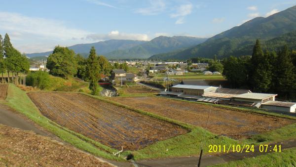 秋晴れ!!空気が澄んで良く晴れて、山も少し紅葉が始まった。三国山・白草山もきれい!!