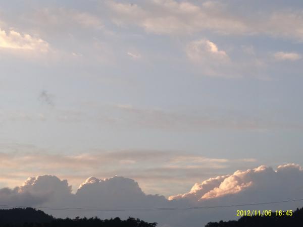 北の空の入道雲も、